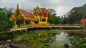 Буддийский висок на воде в Таиланде стоковые фото