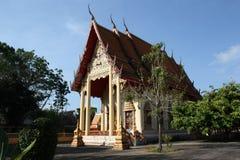 Буддийский висок с красочной крышей против неба стоковые изображения