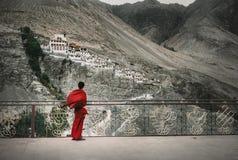 Буддийский монах в красной робе смотрит на монастыре Diskit, индейце Гималаях Стоковые Изображения RF