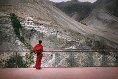 Буддийский монах в красной робе смотрит на монастыре Diskit, индейце Hima Стоковые Фото