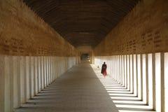 Буддийский монах идя вниз с коридора стоковая фотография rf