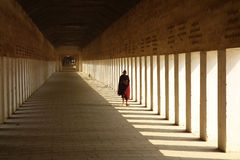 Буддийский монах идя вниз с коридора стоковое фото rf