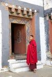 Буддийский монах на Trongsa Dzong, Trongsa, Бутане Стоковая Фотография