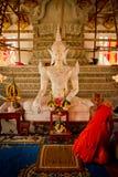 Буддийский монах сидит в его виске в Sukhothai, Таиланде стоковое фото rf