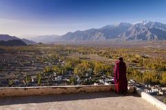 Буддийский монах смотрит долину Инда, Ladakh, Индию Стоковые Фотографии RF