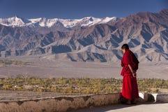 Буддийский монах смотрит долину Инда, Ladakh, Индию Стоковое Изображение