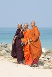 3 буддийских монаха на предпосылке океана Стоковое Изображение RF