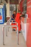 2 буддийских монаха покупают бюллетени Стоковое Изображение RF