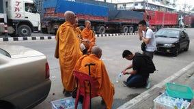 Буддийское паломничество, ритуал подарка еды для монаха Стоковое Изображение
