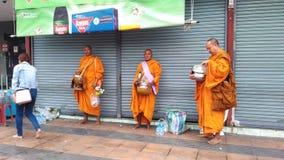 Буддийское паломничество, ритуал подарка еды для монаха Стоковая Фотография