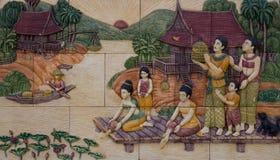 Буддисты рассказа делая хорошую заслугу путем выпускать рыб и птицы Стоковые Фото