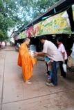 буддист милостынь дает монаха к стоковые фотографии rf