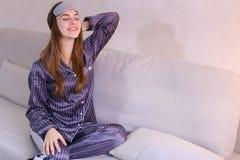 Будить женщины после мечты в хорошем настроении в спальне на кресле Стоковая Фотография