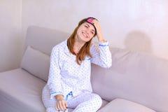 Будить женщины после мечты в хорошем настроении в спальне на кресле Стоковые Изображения