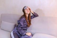 Будить женщины после мечты в хорошем настроении в спальне на кресле Стоковое фото RF