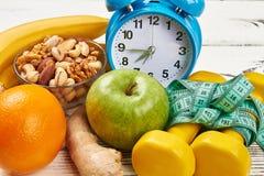 Будильник, гантели и яблоко Стоковые Фотографии RF