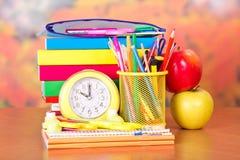 Будильник, комплект аксессуаров школы и яблоки Стоковые Фотографии RF