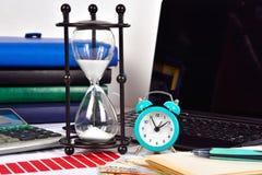 Будильник, Sandglass и finansical отчет Стоковая Фотография