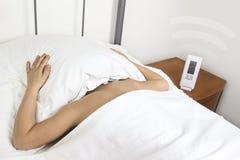 Будильник snooze рук в утре Стоковое Фото