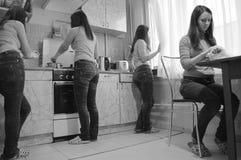 Будние дни женщин на кухне Стоковое Изображение