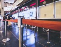 Будочка билета покупки людей в вокзале Стоковые Изображения RF