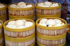 Будочка еды улицы продавая китайца специальности испарилась вареники в Пекине размещала в Пекине, Китае Стоковое Изображение