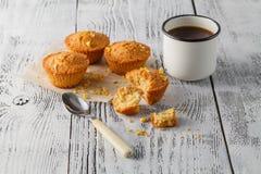 Булочка и кофе на деревянной предпосылке Стоковые Изображения