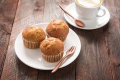 Булочка и кофе на деревянном столе Стоковая Фотография