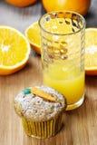 Булочка моркови и стекло апельсинового сока стоковые фотографии rf