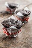 Булочка пирожного 3 шоколадов на деревянном столе Стоковые Фотографии RF