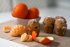 Булочка с мандарином и изюминками Стоковое Фото