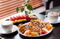 Булочка с плодоовощ и кофе стоковые фото
