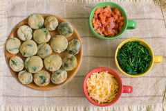 Булочка с семгами, шпинатом и сыром Стоковые Фото