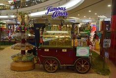 Будочка с формой старого античного автомобиля продавая популярные известные печенья Amos Стоковая Фотография