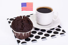 Булочка шоколада, черный кофе и американский флаг на белизне Стоковое Изображение RF