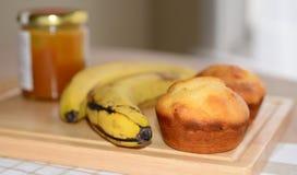 2 булочки банана меда, опарник меда и бананы Стоковые Изображения RF