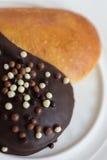 Булочки выпечки формы сердца с шоколадом на белой плите Стоковые Изображения RF