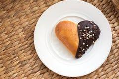 Булочки выпечки формы сердца с шоколадом на белой плите Стоковые Фотографии RF