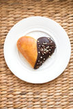 Булочки выпечки формы сердца с шоколадом на белой плите Стоковые Изображения