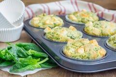 Булочки закуски с сыром шпината и фета стоковое изображение