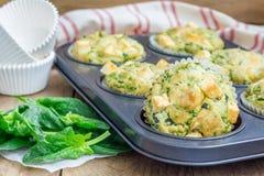 Булочки закуски с сыром шпината и фета стоковая фотография rf