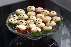 Булочки или пирожные на стеклянного детальной картине шара или плиты Домодельные булочки при изолированные части шоколада Стоковая Фотография RF