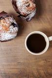 Булочки и кофе на темной деревянной предпосылке Стоковая Фотография RF