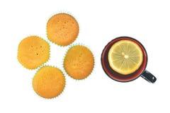 Булочки и чашка чаю с лимоном Стоковые Фото