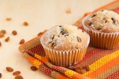 2 булочки на коричневой салфетке с изюминками Стоковые Изображения RF