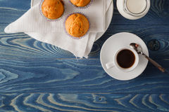 3 булочки обломока шоколада на белой плите и голубой striped плате Стоковые Изображения