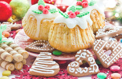 Булочки рождества, печенья пряника с сердцами замороженности, colorf Стоковое фото RF