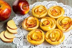 Булочки роз яблока слойки форменные Стоковые Фото