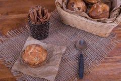 Булочки с изюминками на деревянной предпосылке Еда концепции Стоковая Фотография