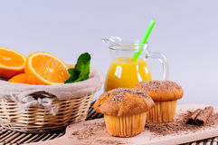 Булочки с оранжевым и свежим соком Стоковое Фото